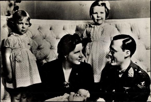 Ak Königin Beatrix der Niederlande, Prinz Bernhard, Prinzessinnen Juliana, Irene, Margriet