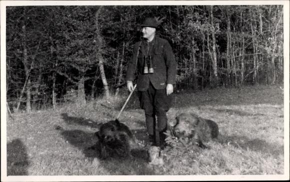 Foto Ak Jäger mit zwei erlegten Keilern, Fernglas