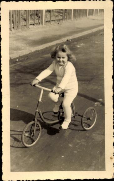 Foto Ak Kleines Mädchen auf einem Dreirad, Meerbeck