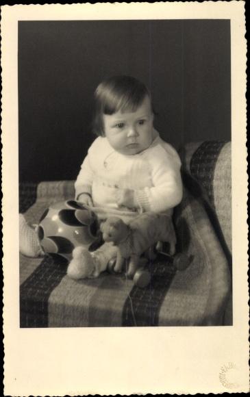 Foto Ak Kleinkind Manfred Prosch, 6 Monate alt, mit Spielzeug, 1936, Ball, Katze auf Rädern