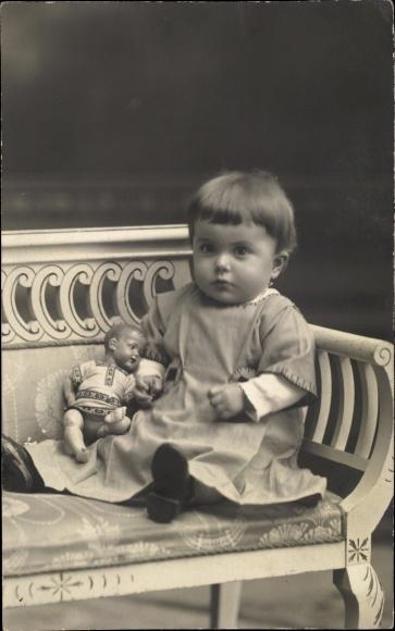 Foto Ak Kleinkind mit Puppe, Sitzportrait
