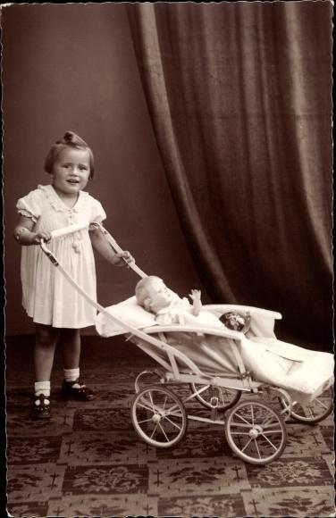Foto Ak Mädchen mit einem Puppenwagen