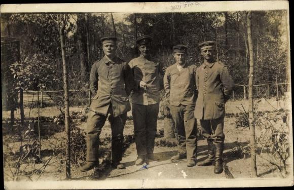 Foto Ak Deutsche Soldaten in Uniformen, Vier Deutsche Soldaten in Uniformen