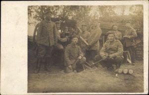 Foto Ak Deutsche Soldaten in Uniformen, Gruppenportrait, Geschütz, Artillerie