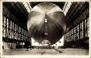 Ak Luftschiff LZ 127 Graf Zeppelin, Einbringen in die Halle, Luftschiffwerft