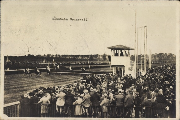 Foto Ak Berlin Wilmersdorf Grunewald, Hindernisrennen auf der Rennbahn, Pferde, Zuschauer