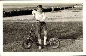 Foto Ak Ein Junge posiert mit seinem Roller