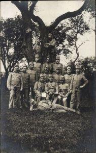 Foto Ak Kuk Soldaten in Uniformen, Gruppenportrait an einem Baum