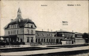 Ak Güsten im Salzlandkreis, Bahnhof von der Gleisseite, Bahnsteig