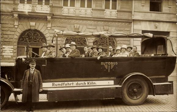Foto Ak Köln am Rhein, Gruppenportrait im Autobus, Rundfahrt durch Köln