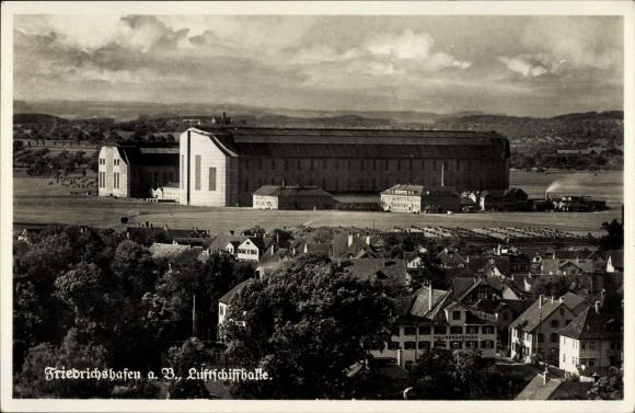 Ak Friedrichshafen am Bodensee, Fliegeraufnahme der Luftschiffhalle, Teilansicht vom Ort