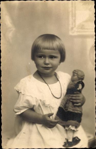 Foto Ak Junges Mädchen mit Puppe, Portrait