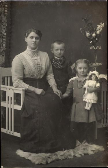 Foto Ak Mutter mit Zwei Kindern, Mädchen mit Puppe