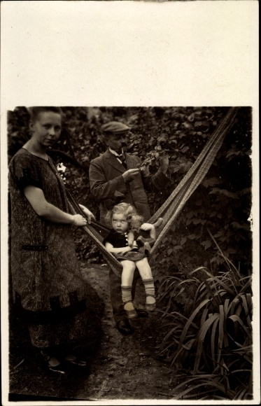 Foto Ak Mädchen mit Puppe auf einer Hängematte, Eltern