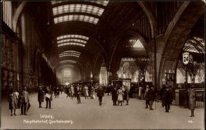 Ak Leipzig in Sachsen, Hauptbahnhof, Blick auf den Querbahnsteig, Fahrgäste