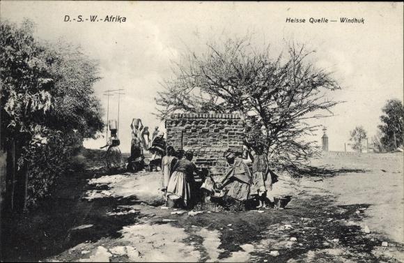 Ak Windhuk Windhoek Namibia, Deutsch Südwest Afrika, Heiße Quelle, Frauen am Brunnen