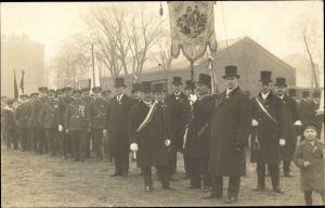 Foto Ak Festumzug Hand in Hand für unsern Stand, Veteranen in Uniformen, Ehrengarde