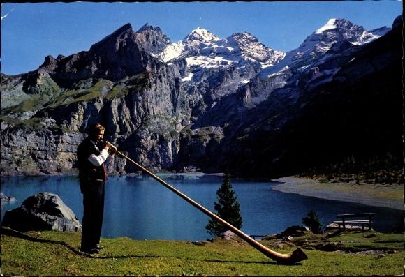 Ak Kanton Bern, Alphornbläser am Oeschinensee, Blümlisalpgruppe, Fründenhorn