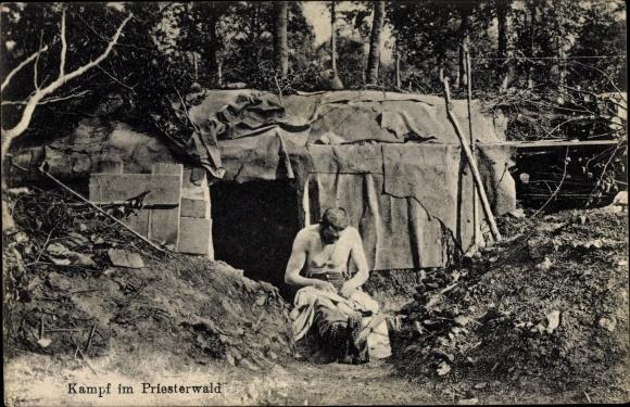 Ak Kampf im Priesterwald, Soldat reinigt Kleidung von Flöhen