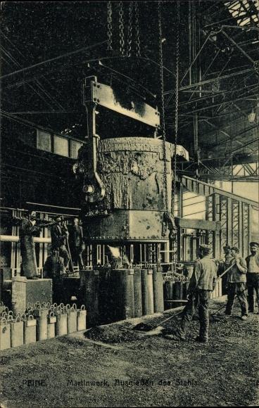 Ak Peine in Niedersachsen, Arbeiter beim Ausgießen von Stahl im Martinwerk