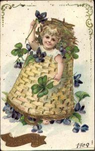 Präge Litho Glückwunsch Neujahr, Kind in einem Korb, Kleeblätter