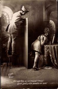 Ak Frau kleidet sich an, Soldat schaut über den Wandschirm