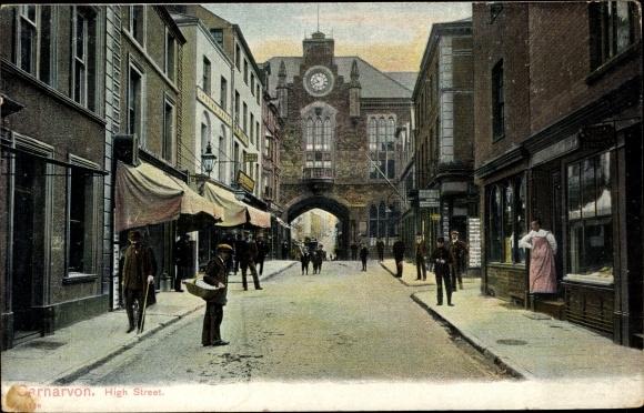 Ak Caernarfon Wales, High Street, gate, shops