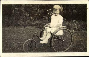 Foto Ak Mädchen auf einem Dreirad