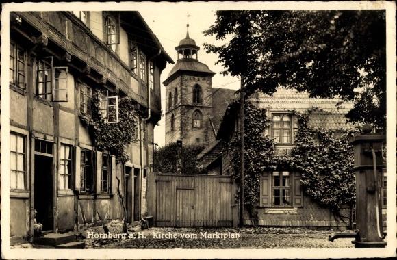 Ak Hornburg Schladen Werla Niedersachsen, Kirche vom Marktplatz, Brunnen, Wohnhäuser