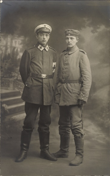Foto Ak Zwei deutsche Soldaten in Uniformen, Sanitäter