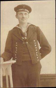 Foto Ak Deutscher Matrose in Uniform, Standportrait, I. Werft Division, Kaiserliche Marine