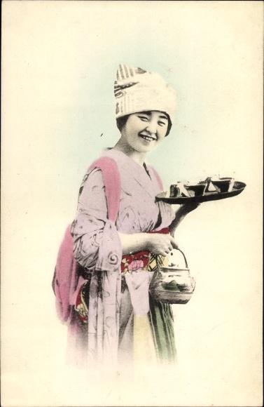 Ak Japanerin im Kimono bringt Tee