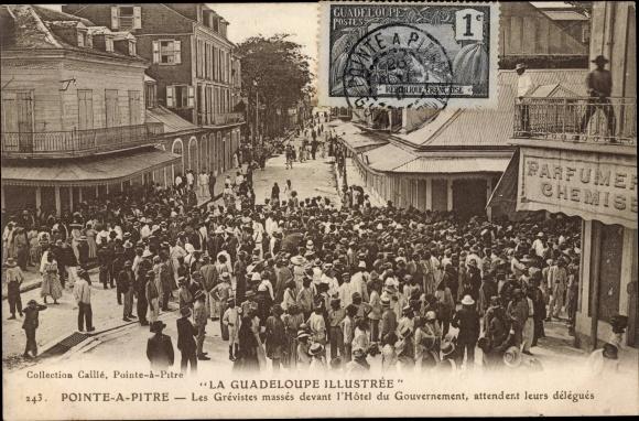 Ak Pointe a Pitre Guadeloupe, Les Grévistes massés devant l'Hotel du Gouvernement