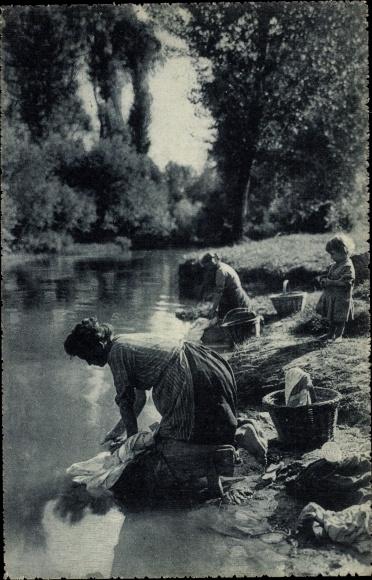 Ak Wäscherinnen waschen Wäsche am Fluss