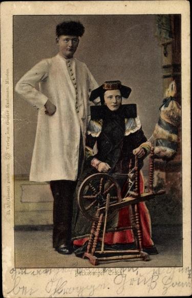 Ak Mann und Frau in Bückeburger Volkstrachten, Spinnrad