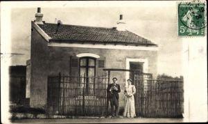 Foto Ak Hauts de Seine, Mann und Frau vor einem Wohnhaus
