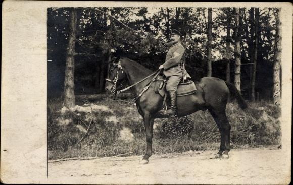 Foto Ak Deutscher Soldat in Uniform auf einem Pferd, Dolch