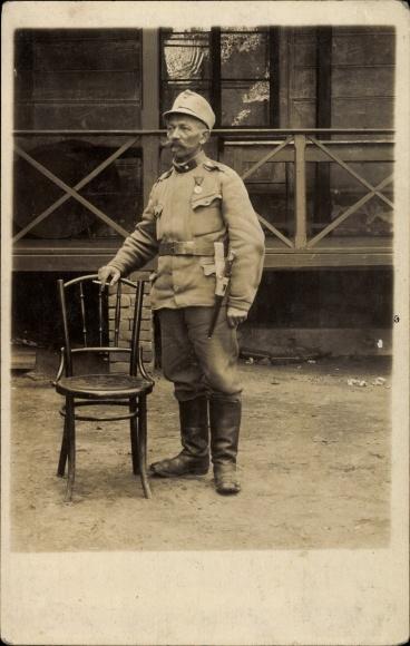 Foto Ak Kuk Soldat in Uniform, Standportrait, Bajonett, Orden