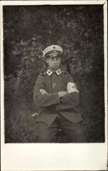 Foto Ak Deutscher Soldat in Uniform, Sanitäter, Kragenspiegel, Schirmmütze, Ärmelband