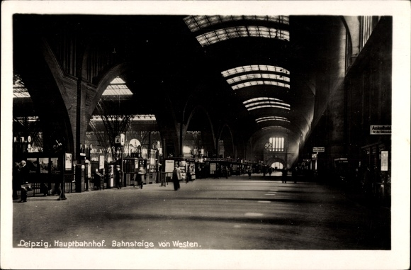 Ak Leipzig in Sachsen, Hauptbahnhof, Blick auf die Bahnsteige von Westen, Bahnsteig 4, Fahrgäste