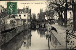 Ak Coulommiers Seine et Marne, Pont de la Ville, canal, homme, arbres, maisons