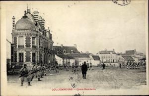 Ak Coulommiers Seine et Marne, Cours Gambetta, soldats avec fusil, place de ville, maions