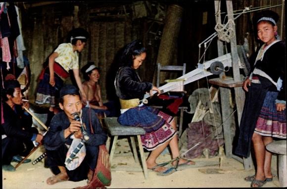 Ak Chiang Mai Thailand, Thai Meo girls at hand loom waving cloth, Webstuhl