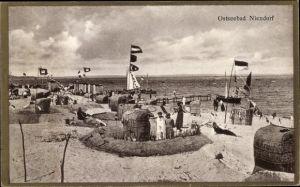 Ak Niendorf Timmendorfer Strand Ostholstein, Strandleben, Sandburgen, Fahnen