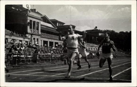 Foto Ak Köln am Rhein, 100 Meter Sprinter Hendricks, Zeileinlauf, Tribüne, AVM 1947, ASV Sprinter