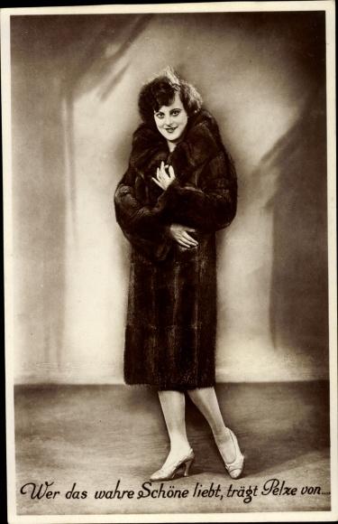 Foto Ak Wer das wahre Schöne liebt, trägt Pelze von..., Frau im Pelzmantel