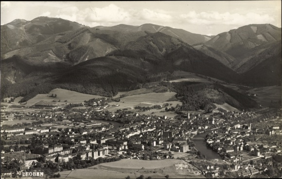 Ak Leoben Steiermark, Blick auf den Ort, Berge, Fliegeraufnahme
