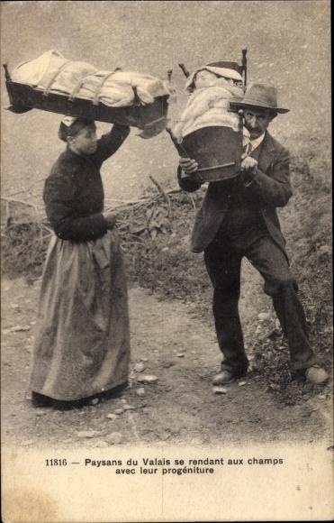 Ak Kt. Wallis, Paysans du Valais se rendant aux champs avec leur progéniture