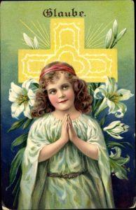 Ak Glaube, Mädchen beim Gebet, Lilien, Allegorie