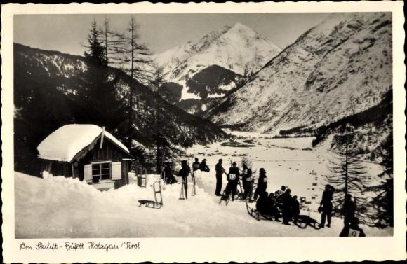 Ak Holzgau in Tirol, Partie am Skilift, Schlitten, Hütte, Gebirge